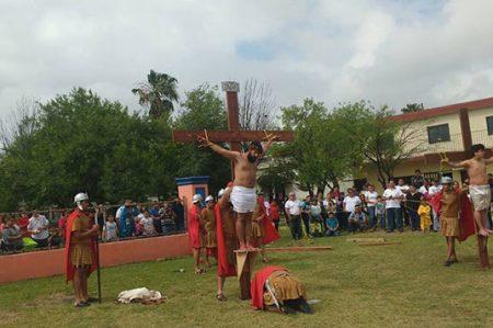 Reviven calvario de Jesús en Viacrucis en Apodaca