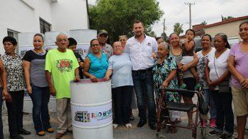 Entrega alcalde Juan Diego Guajardo tambos para basura