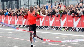 Atleta keniano corre el maratón más rápido de la historia