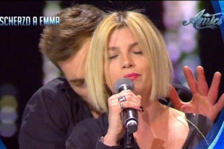 Cantante italiana sufre acoso sexual en vivo