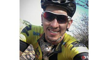 Gatito rescatado por ciclista le agradece a 'besos' (VIDEO)