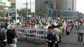 Marchan madres de desaparecidos sobre Paseo de la Reforma