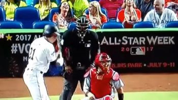 Fan enseña hace topless para distraer a lanzador de los Cardinals