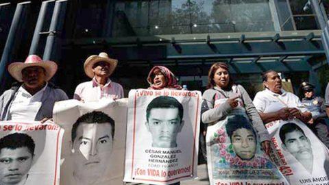 Egresa generación de los 43 normalistas desaparecidos