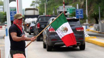 Toma CETEG caseta de la autopista Cuernavaca-Acapulco