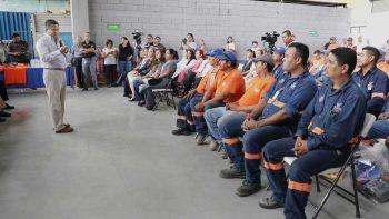 Entregan nuevos uniformes a empleados de Servicios Públicos