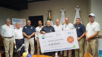 Reciben Bomberos donativo por 400 mil pesos y equipo de cocina