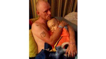 Antes de morir un niño pide le tomen la última fotografía en los brazos de su padre