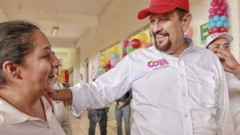 Manuel Cota emite su voto en Nayarit