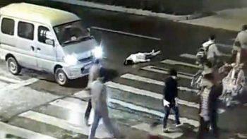 Mujer es atropellada dos veces y nadie la ayuda (VIDEO)