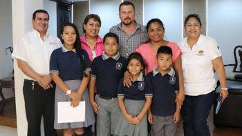 Juan Diego Guajardo entrega apoyos a escuela primaria