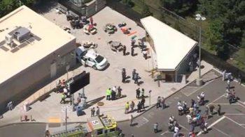 Auto arrolla a multitud en Boston y deja al menos 10 heridos