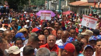 Electores votan en consulta opositora sobre Constituyente de Maduro