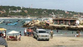 Arrastra ola a dos turistas en Puerto Escondido