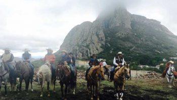 Realizan primera cabalgata familiar de los Pueblos Mágicos en Peña de Bernal
