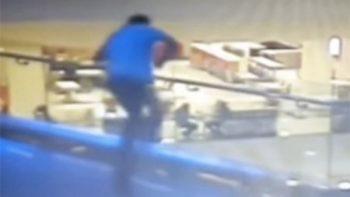 Joven turco se suicida dentro de centro comercial (VIDEO)