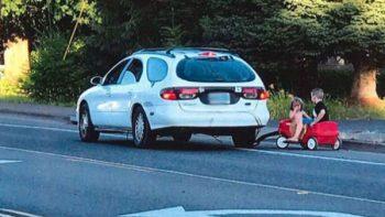 Madre pone en peligro a sus hijos al 'pasearlos' jalándolos de la defensa de su camioneta
