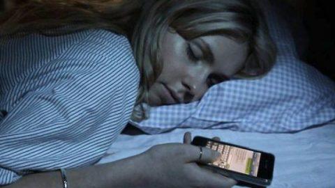Adolescentes duermen apenas 5 horas por uso de celular