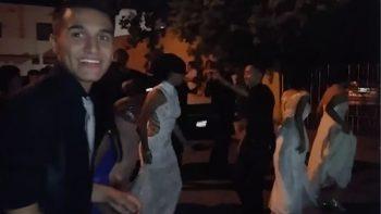 Graduados se quedaron sin fiesta al ser estafados, pero arman festejo en la calle (VIDEO)