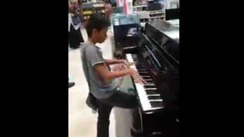 Niño salta a la fama por tocar el piano en tienda departamental (VIDEO)