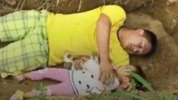 Su pequeña hija esta a punto de morir y con gran tristeza la llevan diariamente a su futura tumba