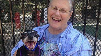 Anciana adopta a perro moribundo para hacerle felices sus últimos días