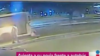 Lanza a su novia contra autobús en movimiento por no querer abortar (VIDEO)