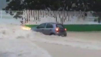 Corriente de agua arrastra auto en Campeche tras paso de 'Franklin' (VIDEO)