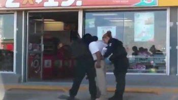 Lo meten a la cárcel por no redondear en el Oxxo (VIDEO)