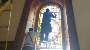 Reinstalan en Palacio de Gobierno vitrales dañados por turba (VIDEO)
