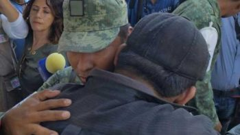 Hombre agradece a soldado que rescató cuerpos de su esposa e hija