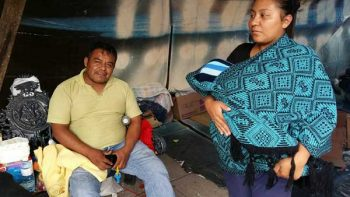 Familias que perdieron sus casas acampan en la vía pública