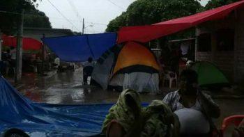 Pese a lluvia, Juchitecos duermen en las calles por temor a sismos
