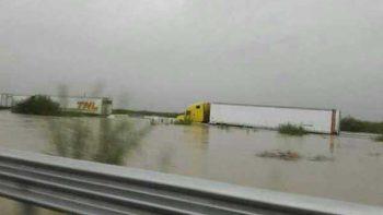 Cierran carreteras a Monterrey por intensas lluvias