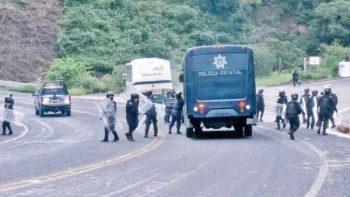 Normalistas de Ayotzinapa retienen a policías y camiones