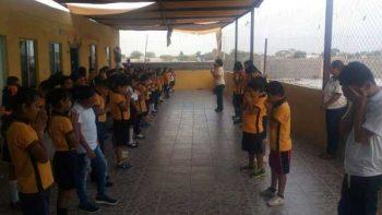 Niños de primaria oran por víctimas del sismo