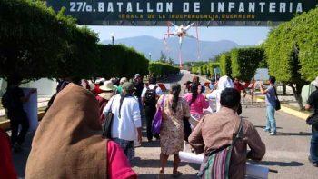 Protestan padres normalistas en 27 Batallón de Iguala