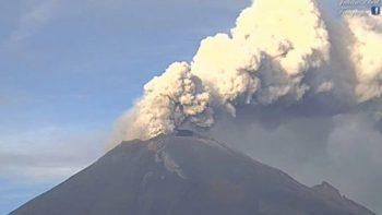 Volcán Popocatépetl arroja material incandescente y ceniza