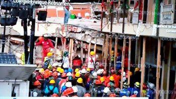 Rescatistas persisten en sacar a niña de escuela 'Enrique Rébsamen'