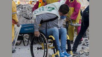 Joven en silla de ruedas sorprende al ayudar en las brigadas