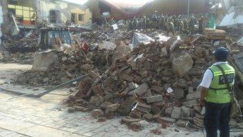 Con perros, buscan a policía bajo los escombros en Juchitán