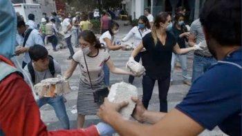 Un ejército de 'millennials' saca escombro de la fábrica textil