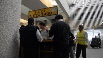 Taxistas de AICM acusan que multa busca favorecer a apps