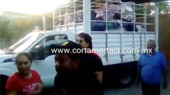 Damnificados por el sismo descubren que funcionarios ocultan miles de víveres