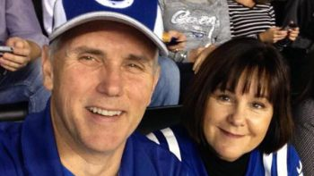 Mike Pence abandona estadio por protestas de jugadores de la NFL