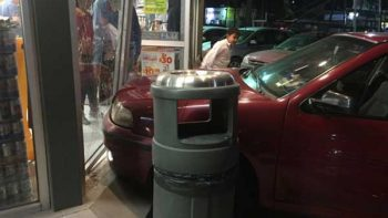 Auto con menor de 2 años choca contra tienda de conveniencia