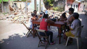 Habitantes de Juchitán viven en la calle desde hace un mes