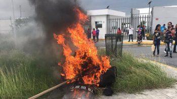 Queman equipo antimotines afuera del penal de Cadereyta; siguen los disturbios