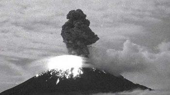 Registra 'Popo' explosión con material incandescente