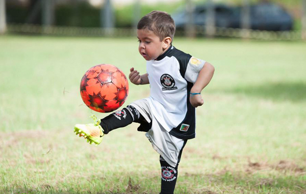 Pequeno De 6 Anos Combate Enfermedad Cronica Jugando Futbol Video
